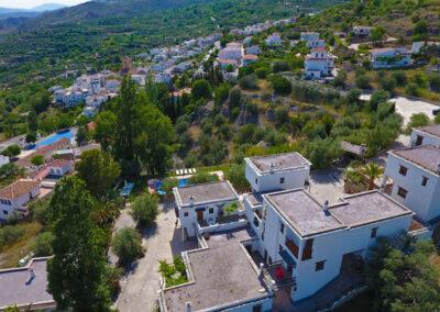 Vista aérea del complejo y del pueblo